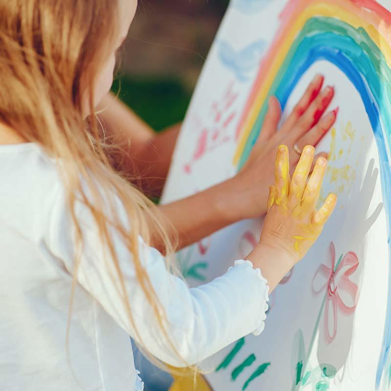 Kinder malen mit Fingern